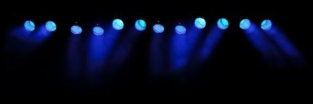 sfondo luci: Luci e fumo. Fila di luci blu da un palco. Archivio Fotografico