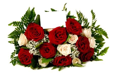 Ramo de flores color de rosa con una tarjeta de regalo en blanco, sobre fondo blanco. Escribe tu propia tekst.