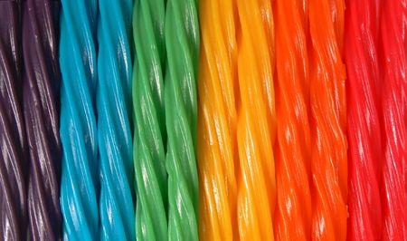 Een closeupmacro foto van licorice twists in verschillende kleuren waaruit het kleuren spectrum.