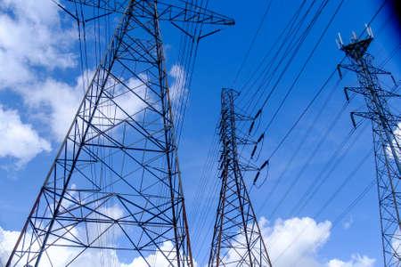 Power lines over a bright blue sky Stockfoto