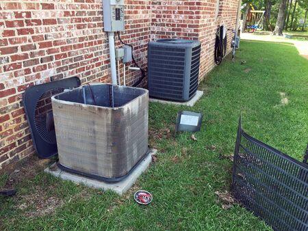 Entretien de la maison, nettoyage des serpentins de condenseur de climatiseur pour l'unité de compresseur.