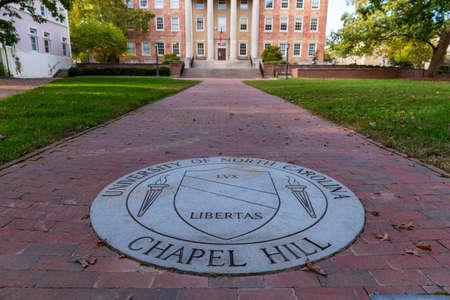 Chapel Hill, NC / USA - October 21, 2020: The University of North Carolina Chapel Hill Seal in brick walk way. 新聞圖片