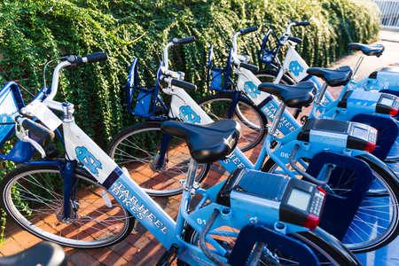 Chapel Hill, NC / USA - October 24, 2020: Tar heel Bikes, rental bicycles, on the Campus of UNC, University of North Carolina at Chapel Hill 新聞圖片