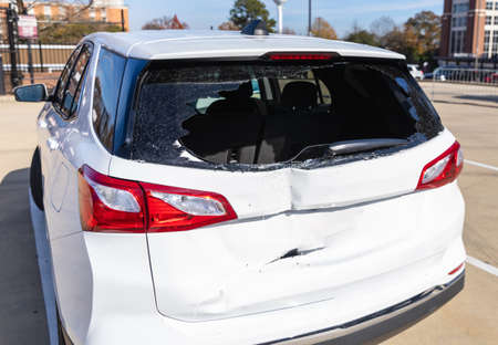 Shattered glass on rear of vehicle after a wreck 版權商用圖片