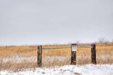prohibido el paso: Valla de madera en campo con no publicado ning�n signo de allanamiento conectado Foto de archivo