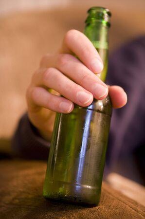 肖像画のビールのボトルを飲む男性 写真素材 - 8072389