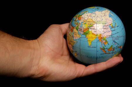 el mundo en tus manos: Mundo en la Palma de su recorte de estudio de mano  Foto de archivo