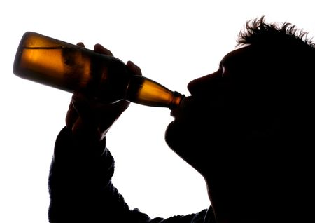 man drinkt bier: Man drinken van fles cider silhouet Stockfoto