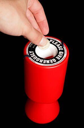 慈善のスタジオ ポートレートにポンド硬貨を与える人