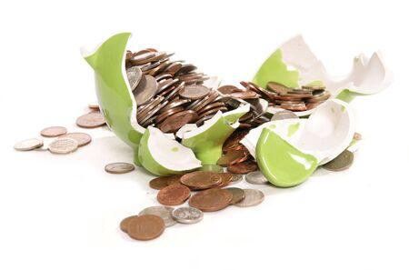 英国の通貨のコインでこわされた貯金箱貯金箱 写真素材 - 8133482