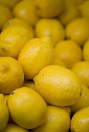 市場スツール上のレモン