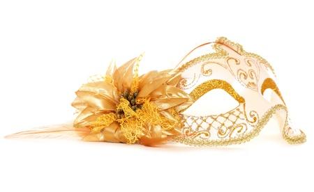 antifaz de carnaval: Oro mascarada m�scara sobre fondo blanco Foto de archivo