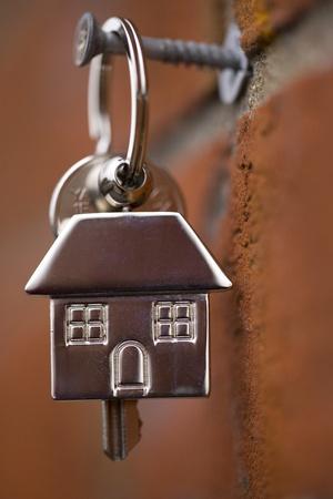 レンガの壁で掛かっている家の鍵 写真素材