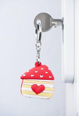 doorkey: prima chiave di casa e portachiavi in ??una porta Archivio Fotografico