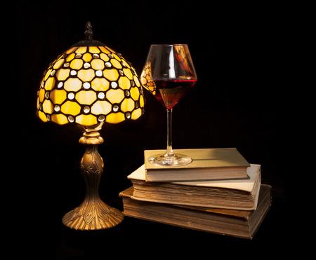 noche tranquila en la lectura y el vino recorte