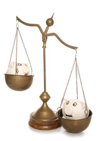 weighing scales: due salvadanai sulle bilance ritaglio