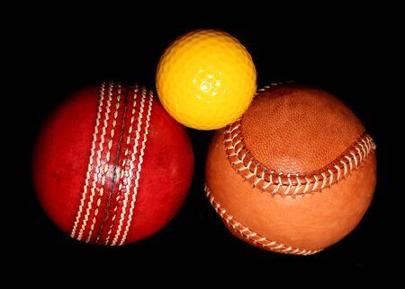 pelota de beisbol: tres bolas de deporte diferentes en el fondo negro Foto de archivo