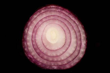 cebolla roja: en el interior de una cebolla roja sobre fondo negro