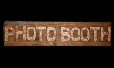 ビンテージな写真ブースに黒い背景に署名します。 写真素材