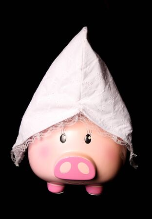 貯金箱女性のビール祭りを身に着けている帽子の切り欠き