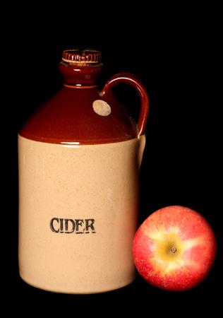 ヴィンテージ サイダーのボトル、リンゴの切り欠き 写真素材