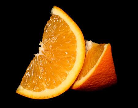 黒い背景にオレンジ色の果物セグメント