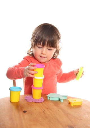 粘土鍋を演奏2歳の幼児をスタッキング