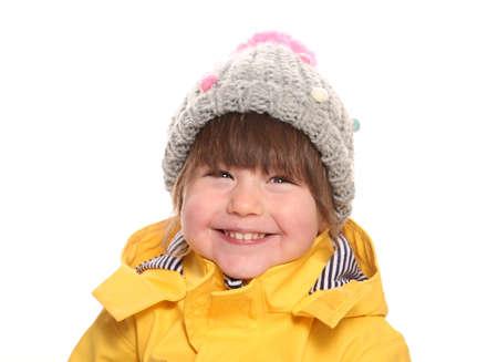 冬の服装で 2 歳の女の子