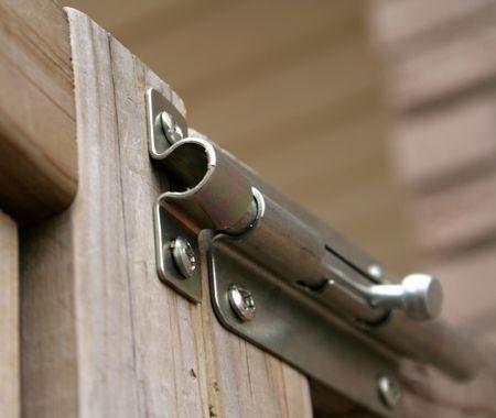 reassurance: Un cierre bloqueado a una puerta de madera. Foto de archivo