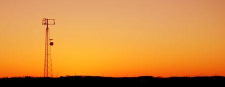 Un téléphone cellulaire tour silhouette dans le coucher de soleil  Banque d'images - 369494
