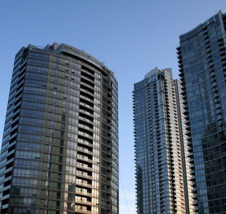 towering: Torres de condominios de metro a tiros a la puesta del sol.