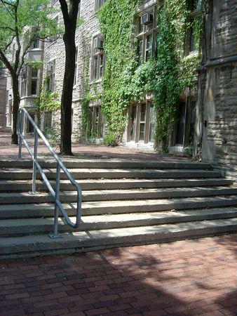 Un campus universitaire dans le couloir entre les bâtiments.  Banque d'images - 500904