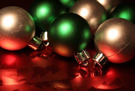 Vert et de l'argent des boules de Noël / baubles rouge reposant sur le papier d'emballage métallique.  Banque d'images - 587793