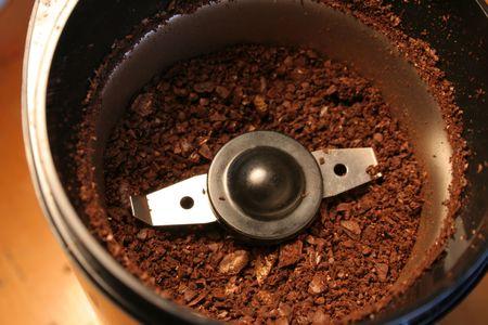 młynek do kawy: Kawa grinds posiedzenia w młynka do kawy.