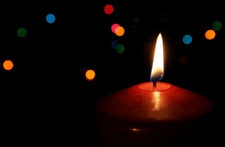 단일 조명 된 빨간 크리스마스 촛불입니다.