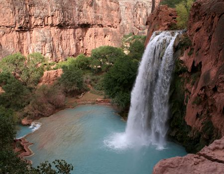 A sideview of the havasu waterfall within the grand canyon.