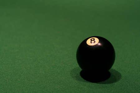 bola ocho: A ocho bolas sentados en una mesa de billar.