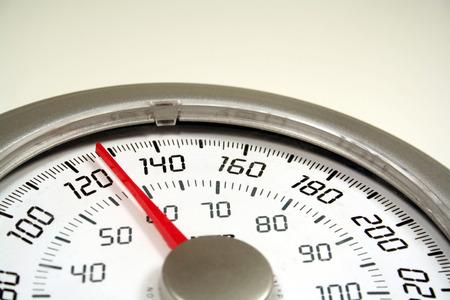 gewicht skala: Eine Nahaufnahme von einem Gewicht Ma�stab auf 128. Lizenzfreie Bilder