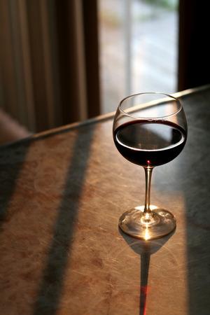 Ein Glas Rotwein hell leuchtet in der Sonne.  Standard-Bild - 1606600