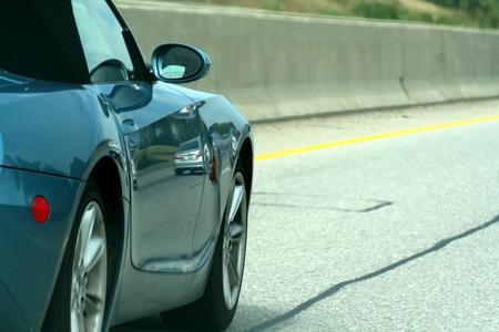 streifzug: Ein Sportwagen, parallelen nach der Autobahn. Lizenzfreie Bilder