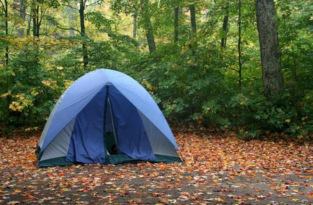 A tent sitting in a campsite in early autumn. Banque d'images