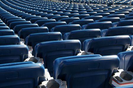 Stadion Rote Sitze cast in hellen Sonnenschein und von hinten erschossen.  Standard-Bild - 2201235