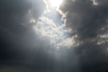 Strahlen des Sonnenlichts Platzen durch die Wolken. Standard-Bild - 2997418