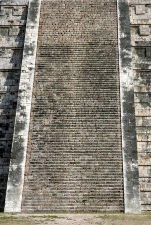 kukulkan: Los poderosos pasos del templo de Kukulkan en Chich�n Itz�, (ruinas mayas) en Mexico.