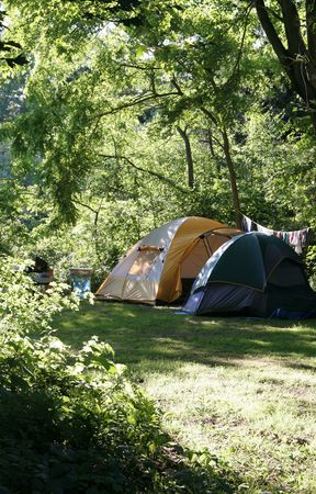 Zwei Zelte Sitzung auf einem Campingplatz zu Strahlungsleistung von der Sonne. Standard-Bild - 3700563