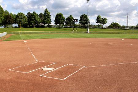 softbol: Una vista de un diamante de Softbol al atardecer.