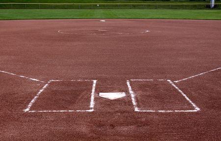 softbol: La vista desde detr�s de la placa en un campo de Softbol vacante.  Foto de archivo