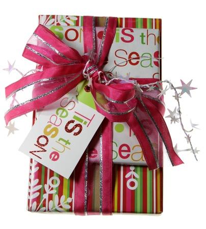 Ein wunderschön umbrochenen Weihnachtsgeschenk, mit rosa Papier, Stars und Multifunktionsleiste. Standard-Bild - 8627089