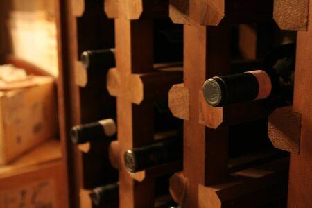 Un tas de bouteilles de vin dans un rack dans une cave à vin.  Banque d'images - 9335086