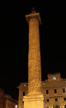 La Colonna di Marco Aurelio, che si trova in Piazza Colonna, Roma, Italia. Girato durante la notte. Archivio Fotografico - 11429632